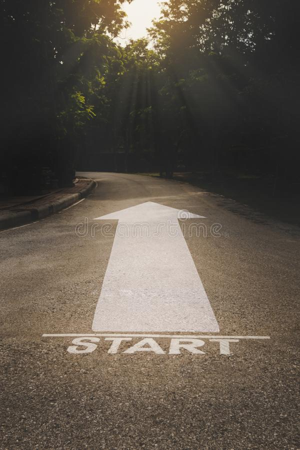 Comience el mensaje de la palabra en la carretera nacional del asfalto foto de archivo