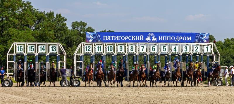 Comience la carrera de caballos en Pyatigorsk fotografía de archivo libre de regalías