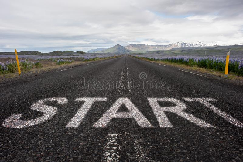 Comience la palabra pintada en el asfalto fotos de archivo