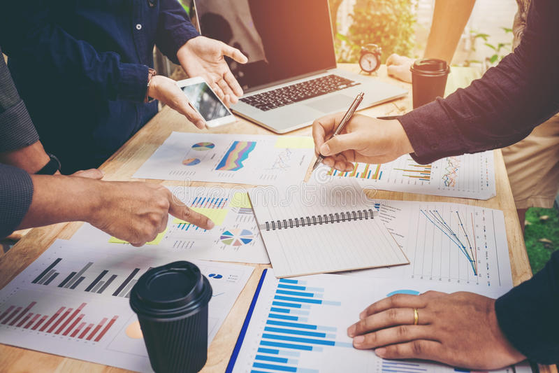 Comience para arriba a los colegas del equipo del negocio a resolver la estrategia del planeamiento anal fotos de archivo