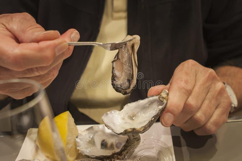 Comiendo una ostra fresca, cierre para arriba fotografía de archivo