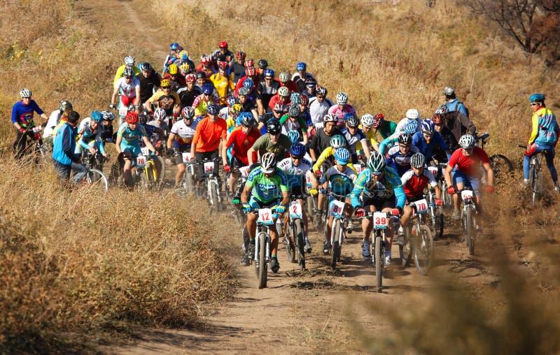 Comienzo de la competición de la bici de montaña foto de archivo