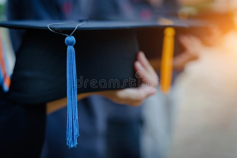 Comienzo de la graduación del estudiante universitario imagen de archivo