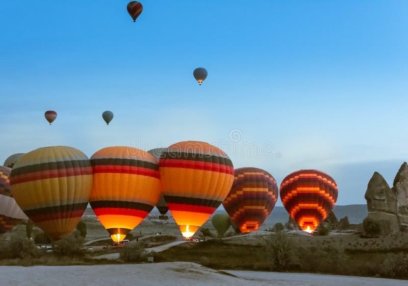 Comienzo de la mañana del globo del aire caliente que vuela sobre Cappadocia fotos de archivo libres de regalías