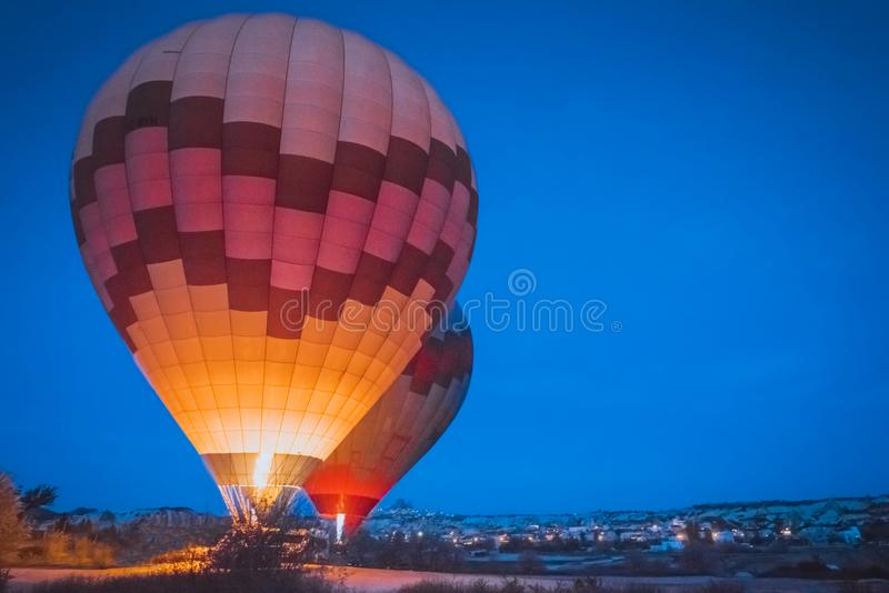 Comienzo de la mañana del globo del aire caliente que vuela sobre Cappadocia fotografía de archivo libre de regalías