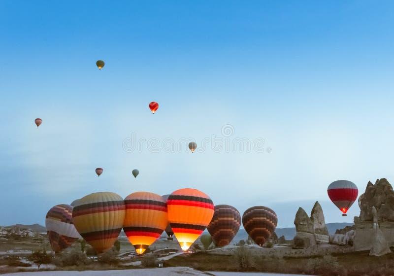 Comienzo de la mañana del globo del aire caliente que vuela sobre Cappadocia imagen de archivo