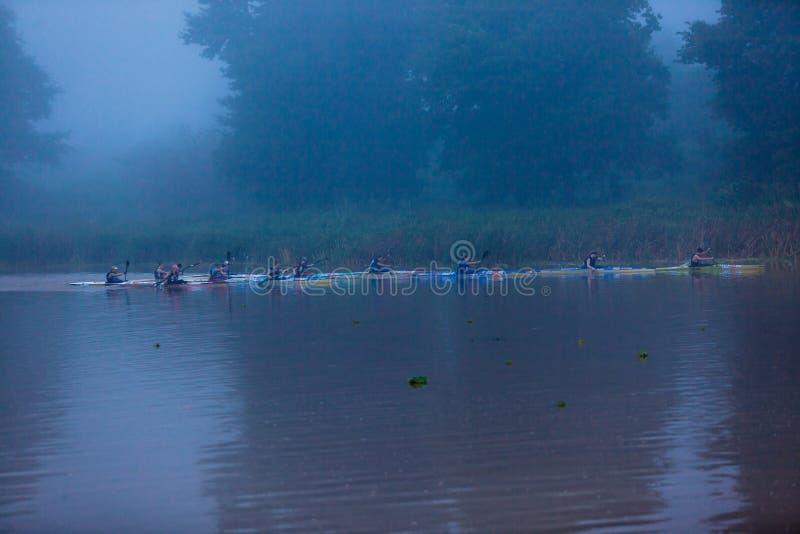 Comienzo de las muchachas de la raza de la canoa foto de archivo