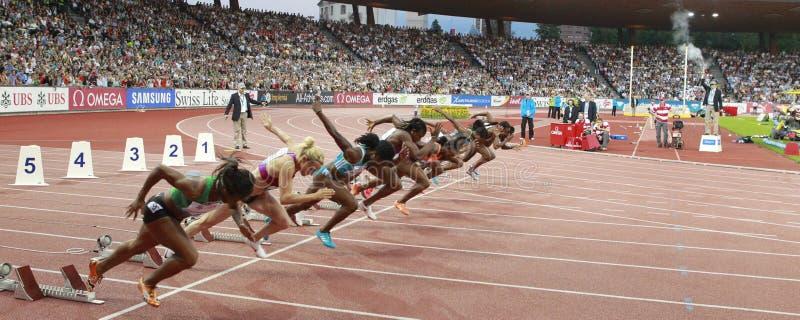 Comienzo de las mujeres del 100m imagen de archivo libre de regalías