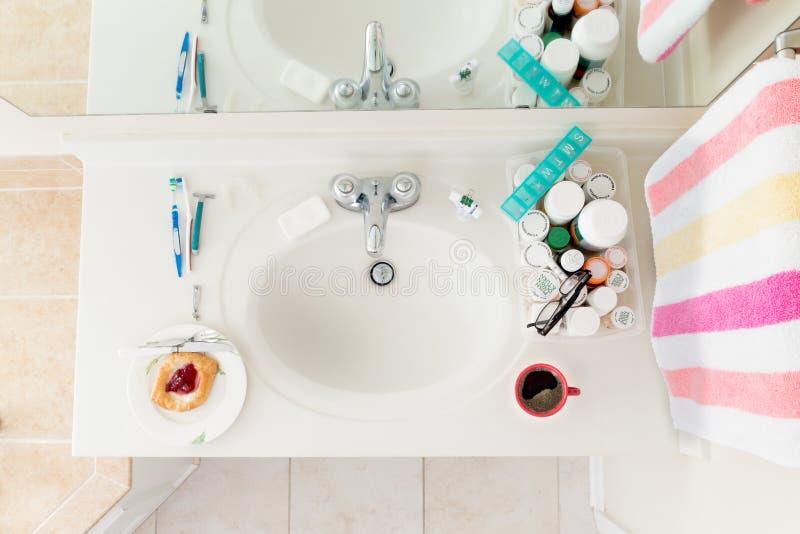 Comienzo del día en el cuarto de baño fotos de archivo