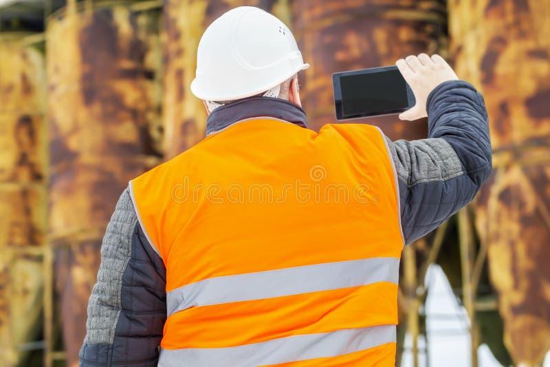 Comienzo del inspector de construcción filmado con la tableta fotos de archivo