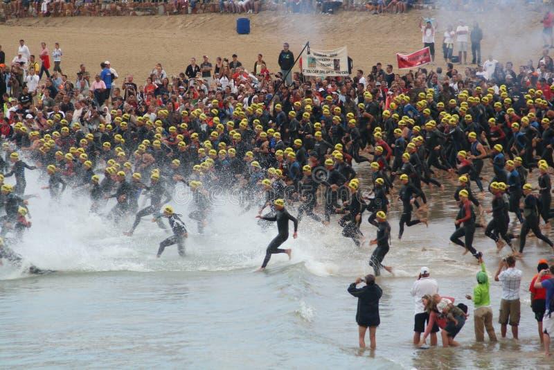 Comienzo del triathlon de Ironman fotografía de archivo