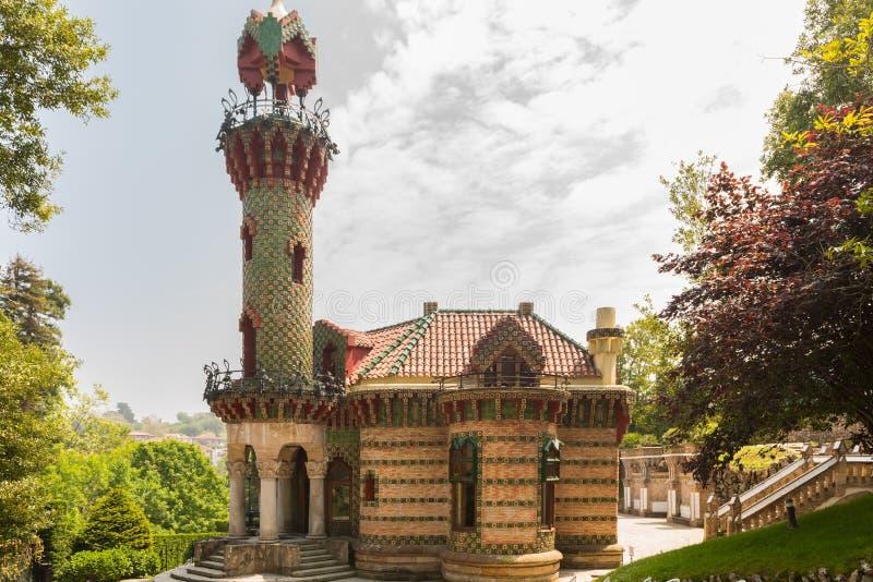 Comillas Cantabria, España - capricho de Gaudi, mayo de 2018 Casquillo del EL fotografía de archivo