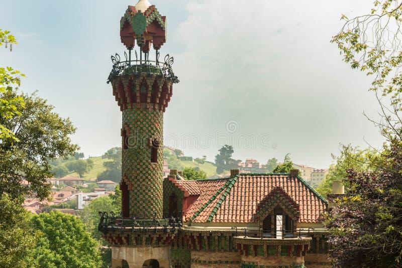 Comillas Cantabria, España - capricho de Gaudi, mayo de 2018 Casquillo del EL imagen de archivo