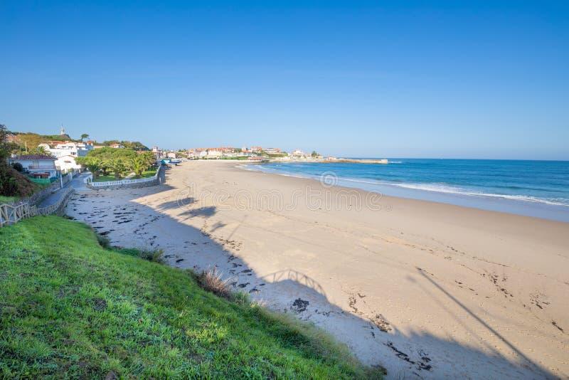Comillas plaża z niebieskim niebem w Cantabria obrazy stock