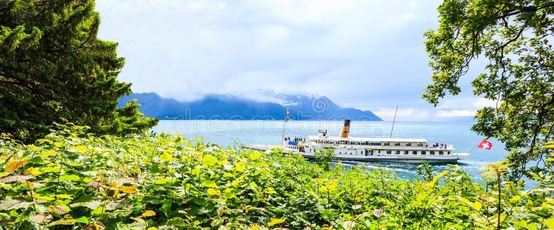 Cominci il vostro viaggio e scopra la Svizzera con la barca svizzera famosa di crociera, vaghi attraverso bello alpino svizzero e immagini stock