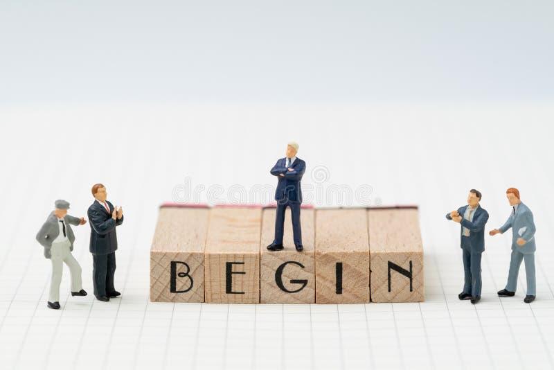 Cominci, società stabiliscono o iniziano a possedere il concetto di affari, miniatur fotografia stock