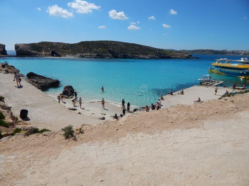 Comino, Malta - marzo 2017 Spiaggia blu della laguna fotografia stock