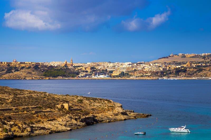 Comino Malta - motorbåt och yacht på den berömda blåa lagun på ön av Comino fotografering för bildbyråer