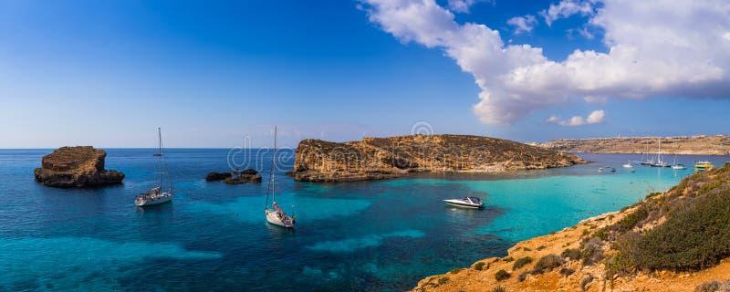 Comino, Malta - Panoramische horizonmening van de beroemde en mooie Blauwe Lagune op het Eiland Comino met zeilboten royalty-vrije stock foto's