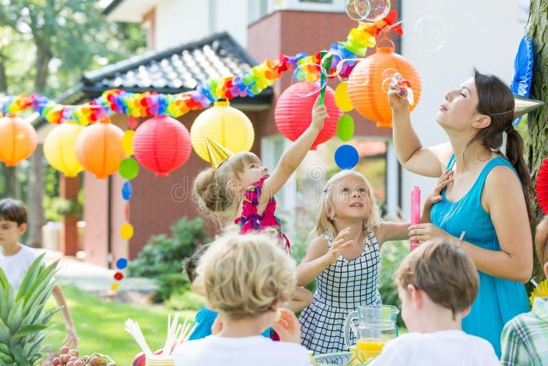 Comique de partie d'enfants laissant des bulles images stock