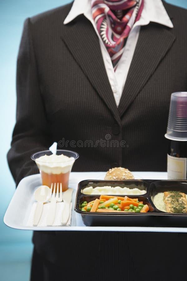 Comissária de bordo Holding Tray With Airplane Food fotografia de stock royalty free