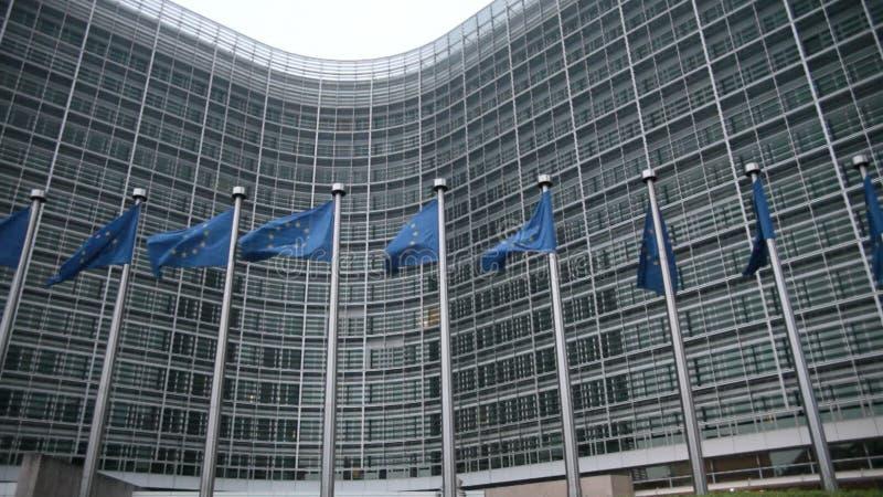 Comissão Europeia com bandeiras da UE vídeos de arquivo