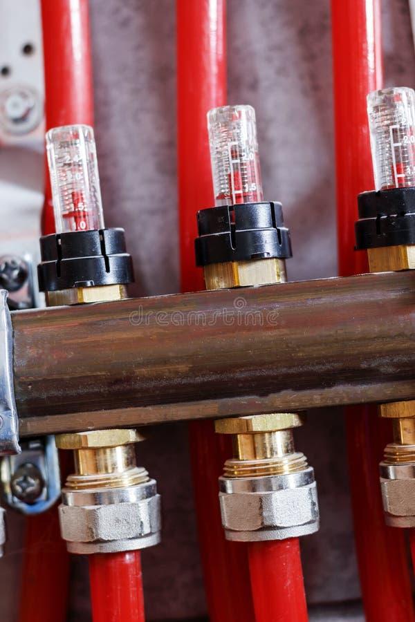 Comissão trabalhos no sistema de aquecimento de assoalho e no aquecimento foto de stock