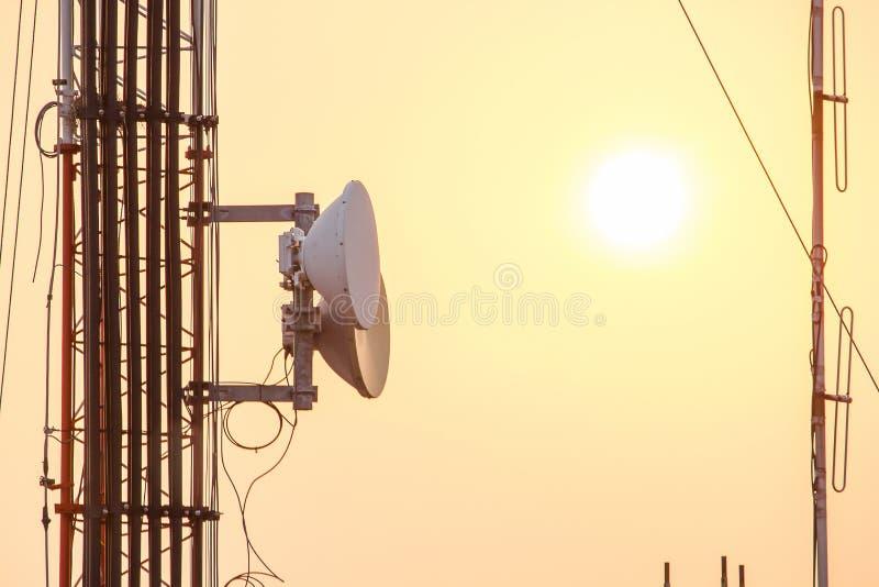 Comité Antenne op staalposten die wordt geïnstalleerd stock foto