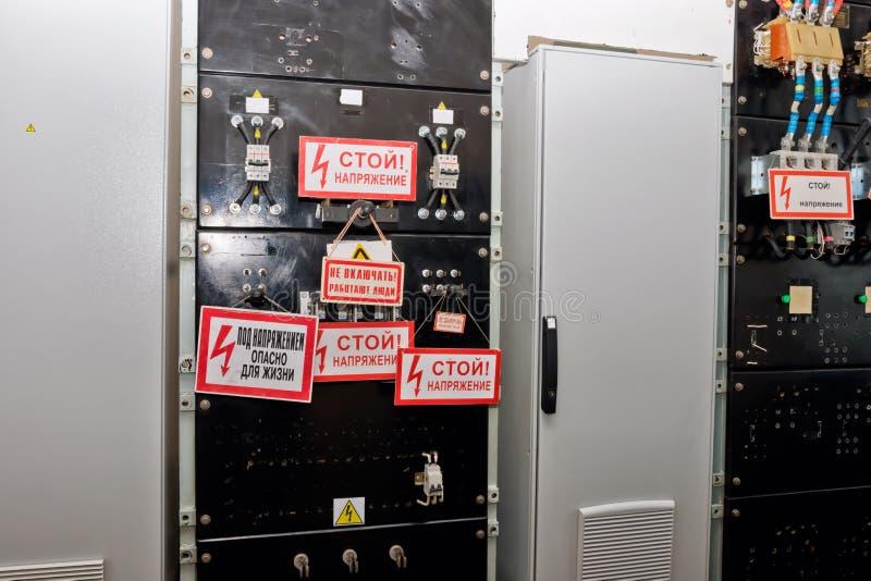 Comité controle elektroapparaten met schakelaars en waarschuwingsborden stock foto's