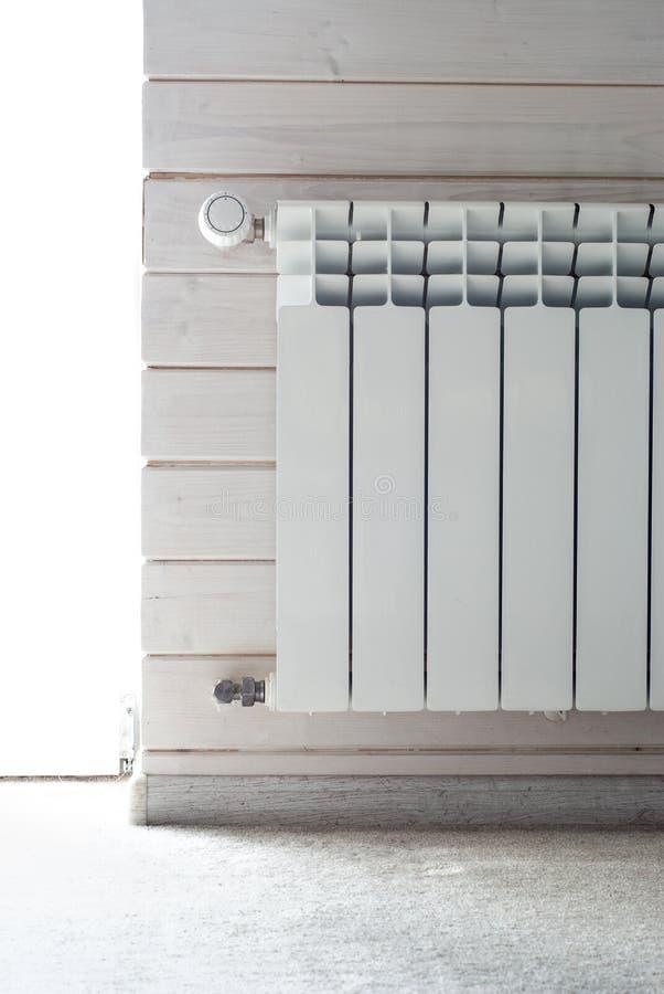 Comité het verwarmen met hitteregelgever Witte radiator royalty-vrije stock foto's