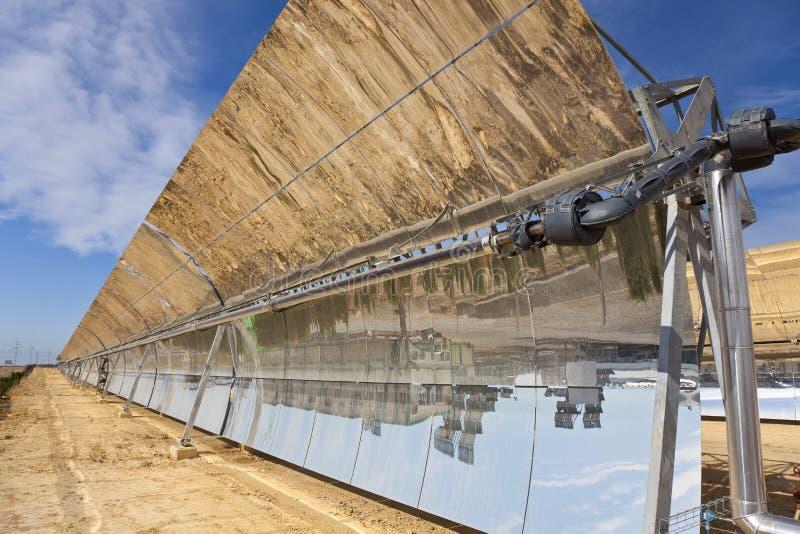 Comitati solari dello specchio della depressione parabolica fotografia stock