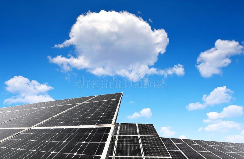 Download Comitati Solari Su Un Tetto Immagine Stock - Immagine di elettricità, pianta: 55359155