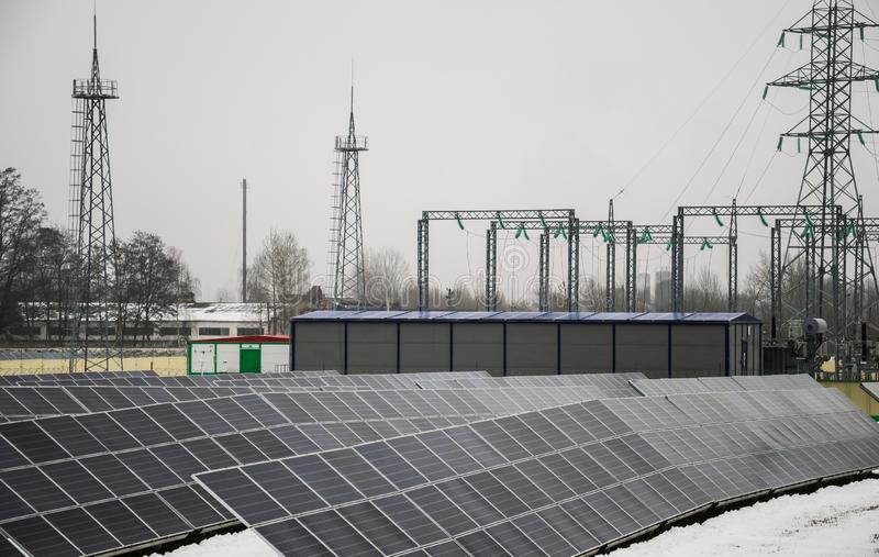 Comitati solari su un tetto immagine stock libera da diritti