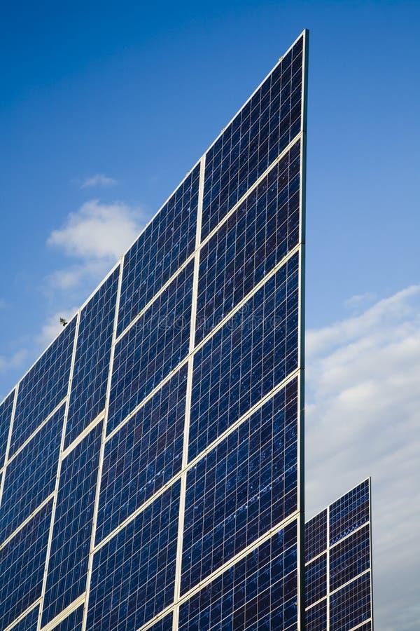 Comitato solare contro cielo blu immagini stock
