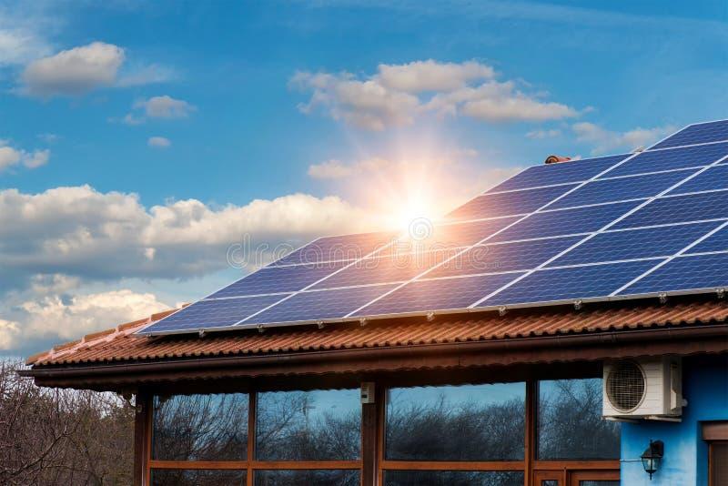 Comitato solare su un tetto rosso fotografia stock