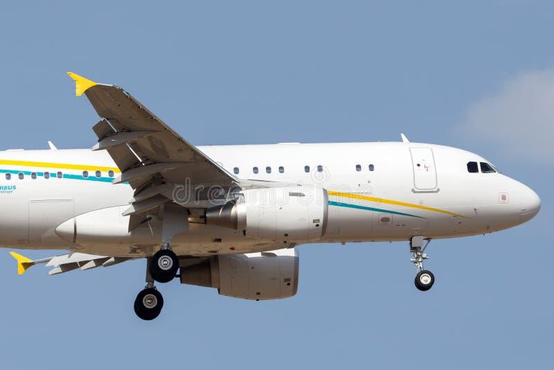Comlux lotnictwa Malta Aerobus A319-115X CJ biznesu luksusowy strumień 9H-AVK na podejściu ziemia zdjęcie royalty free