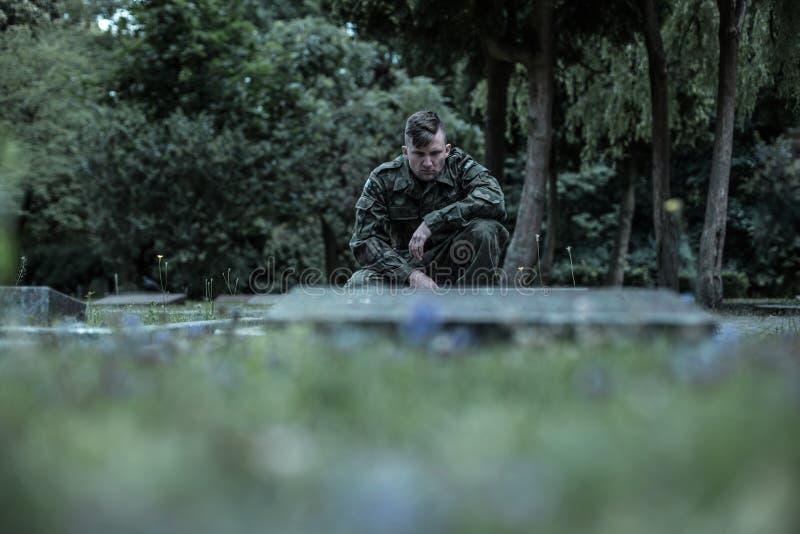 Download Commémorant Ses Compagnons D'armes Qui Ont Disparu Photo stock - Image du jeune, vert: 77153946