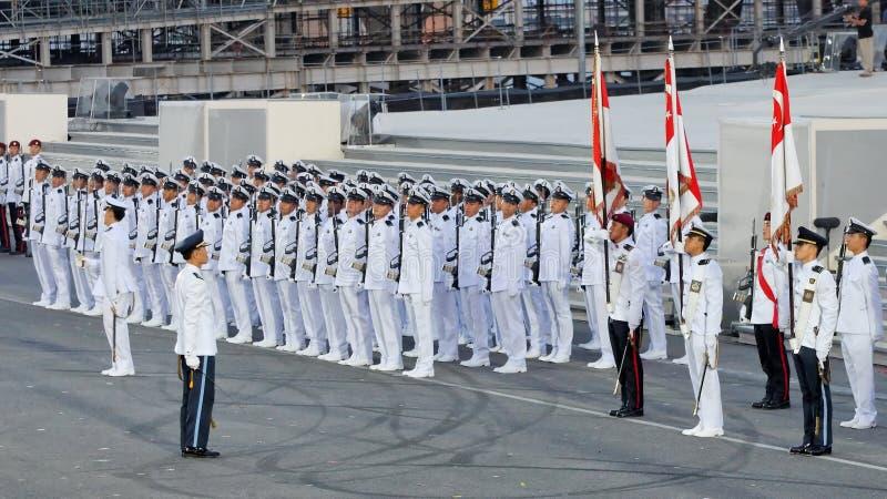 Commandant de défilé donnant des instructions pendant le NDP 2009 photographie stock
