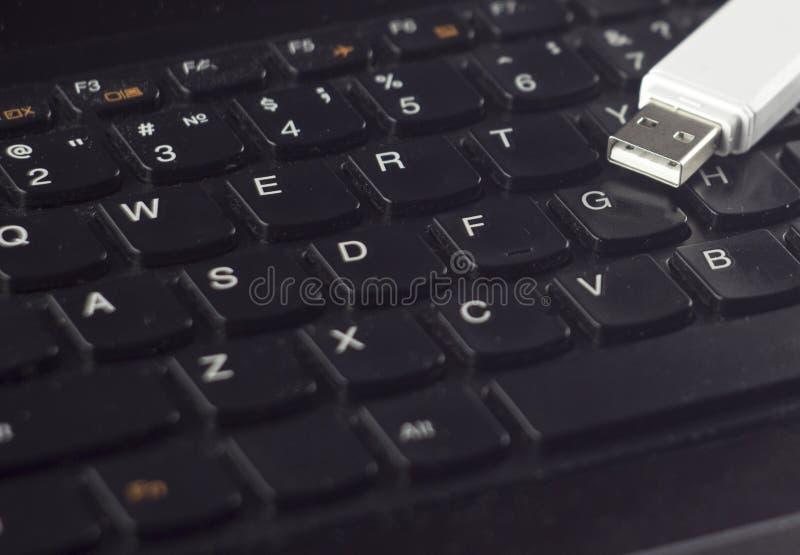 Commande blanche d'instantané d'USB sur un usb noir de clavier photos stock
