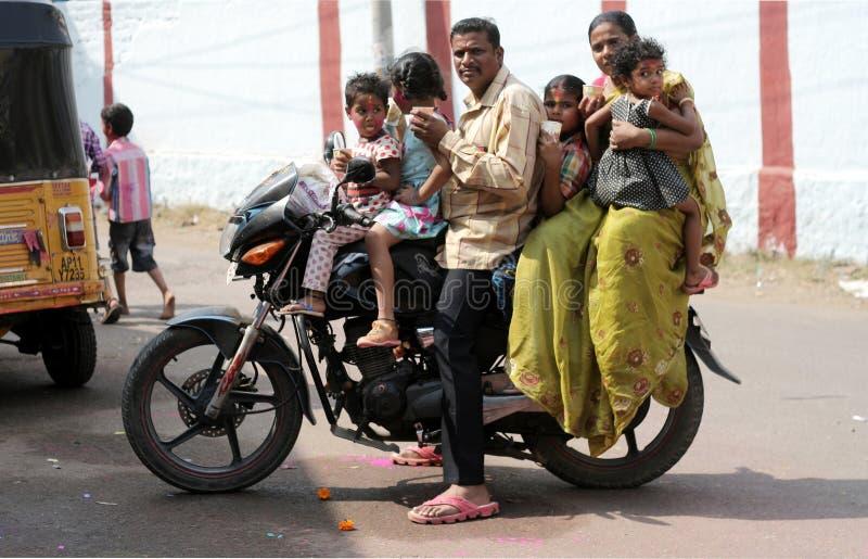 Commande de cycliste de moteur peu sûre avec des membres du total sept de famille photographie stock libre de droits