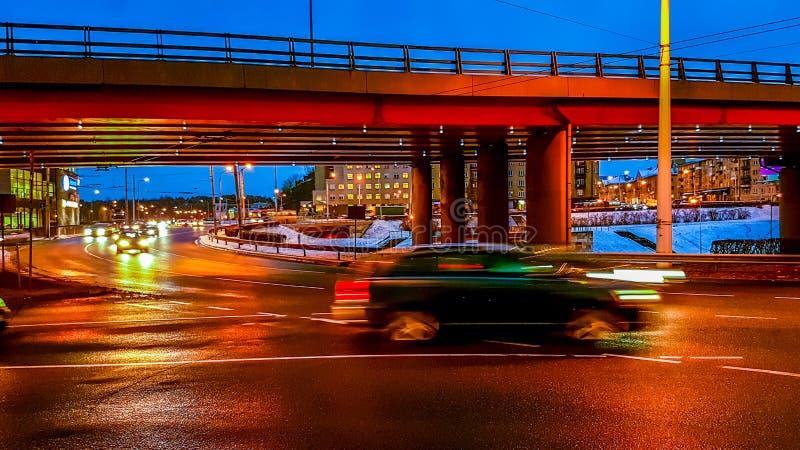 Commande de voiture à la ville de nuit photo libre de droits