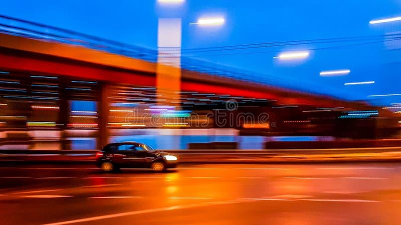 Commande de voiture à la ville de nuit photo stock