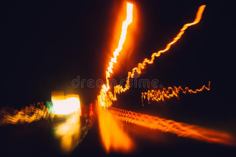 Commande de voiture de vue de conducteur de tache floue sur l'effet de mouvement de route de nuit images libres de droits