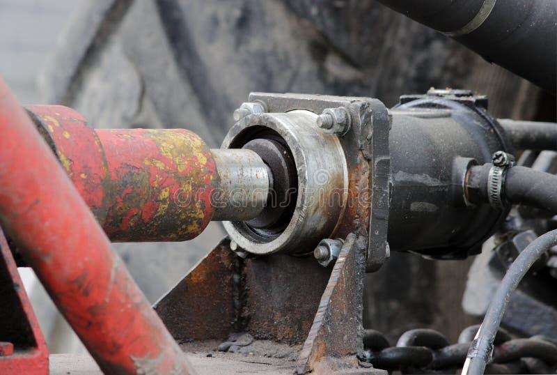 Commande hydraulique du système au tracteur pour des rues de l'eau d'irrigation dans la région de Gatchina Léningrad photo stock