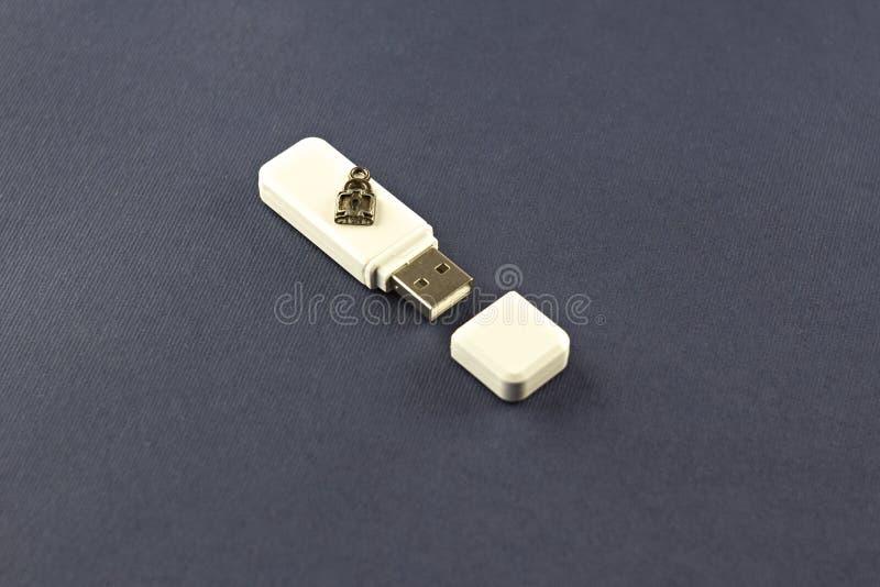 Commande instantanée blanche sur un fond bleu avec un éclair de serrure photographie stock