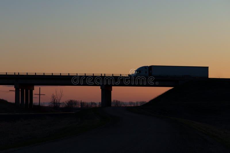 Commande longue-courrière au coucher du soleil photographie stock