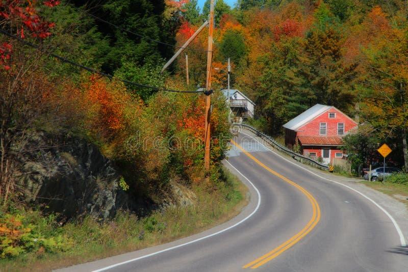 Commande scénique à travers le feuillage d'automne de la Nouvelle Angleterre image libre de droits