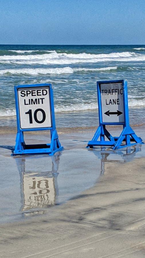 Commande sur la plage avec le signe de limitation de vitesse images libres de droits