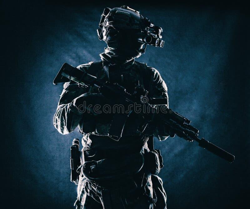 Commando avec la pousse de studio de lunettes de vision nocturne images stock