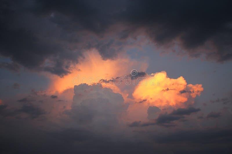 Comme le feu dans le ciel photo stock